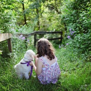 Jardin enfant et chien